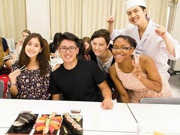 クラスメートとお寿司作りの体験